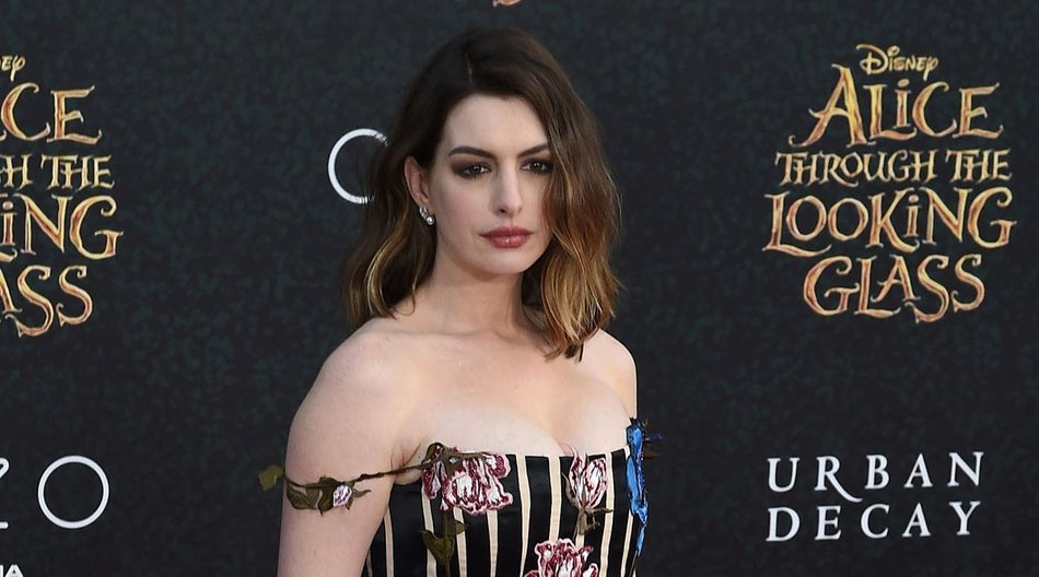 """Actress Anne Hathaway attends the premiere of Disney's """"Alice Through The Looking Glass,"""" May 23, 2106 at the El Capitan Theatre in Hollywood, California. / AFP / Robyn BECK (Photo credit should read ROBYN BECK/AFP/Getty Images)"""