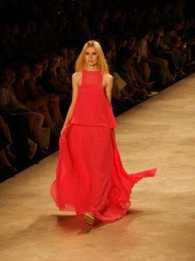 Bei der Berliner Fashion Week: Ein Traum in Rot.