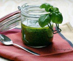 Grünes Basilikum-Pesto