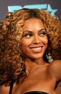 Beyonce Knowles mit blonden Locken