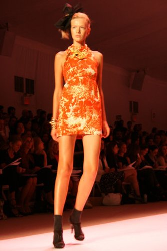 Kurzes Kleid in Orange bei Michelle Smith auf der New York Fashion Week 2010