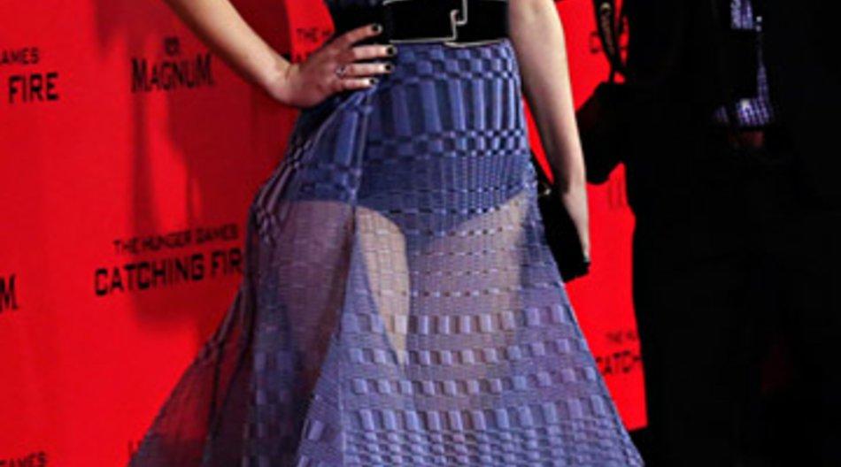 Jennifer Lawrence selbstsicher im transparenten Kleid.
