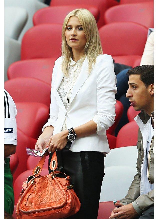 Lena Gercke im Fußballstadion.