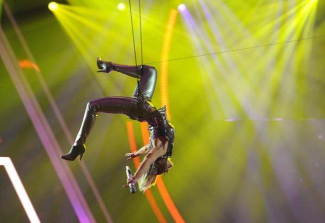 Fischer hatte den Abend spektakulär eröffnet, in dem sie zu Robbie Williams