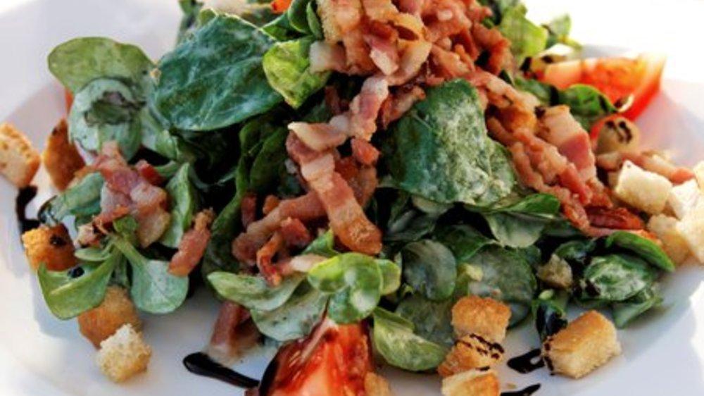 Feldsalat mit Croutons und Speck