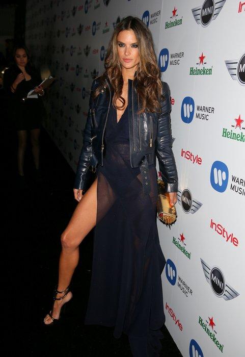 Alessandra Ambrosio trägt Bikerjacke zum Abendkleid