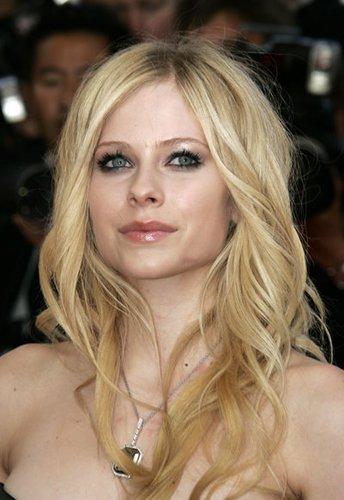 Avril Lavigne mit blonden Locken