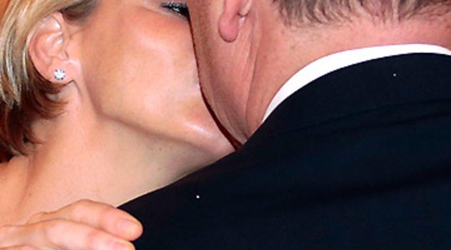 Charlène küsst ihren Mann Albert.