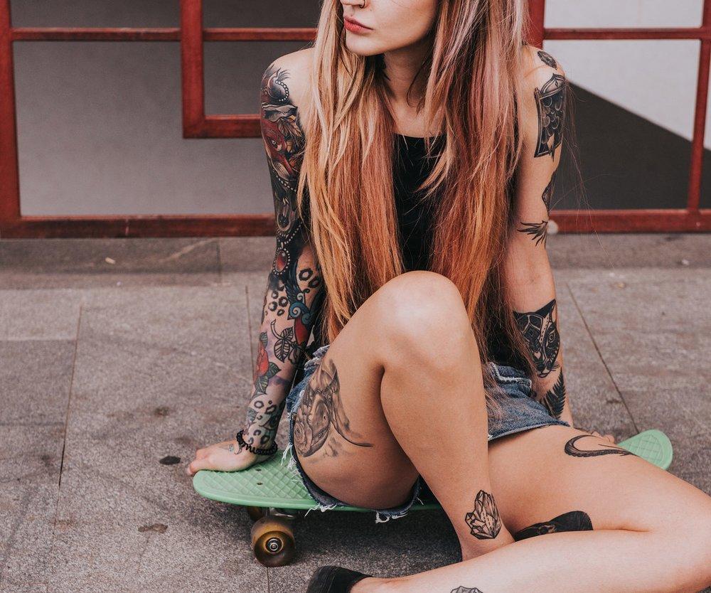 Liebe Männer: Es gibt so einige gute Gründe, warum ihr euch mal gezielt nach Frauen umschauen solltet, die tätowiert sind. Denn dass sie eine solche Hautverzierung hat, verrät einige positive Dinge über ihren Charakter...