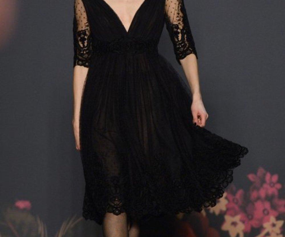 Hier präsentiert Lena Hoschek auf der Berlin Fashion Week 2013 ein schwarzes Kleid, mit ausgestelltem Rock