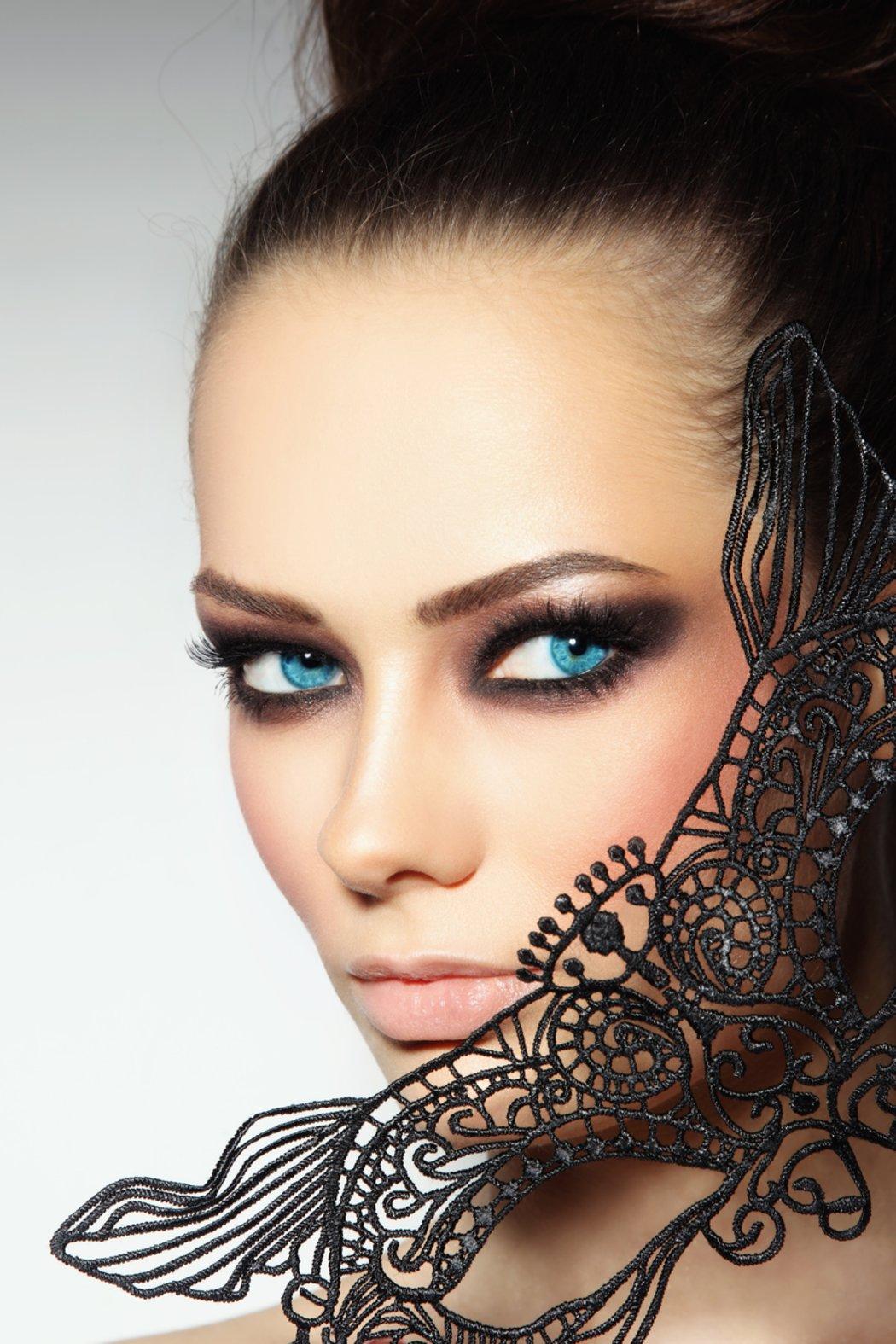 Model schwarze haare blaue augen