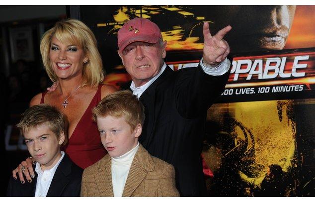 Tony Scott mit seiner Familie auf dem roten Teppich.
