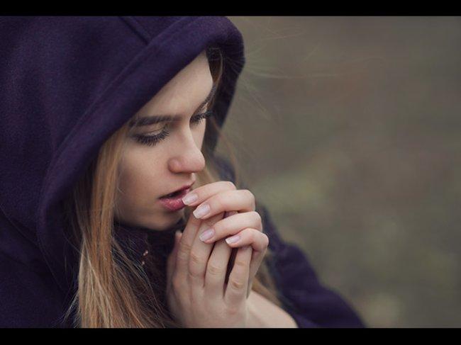 Frau mit kalten Händen