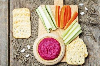 Rote Beete Hummus mit Gemüse