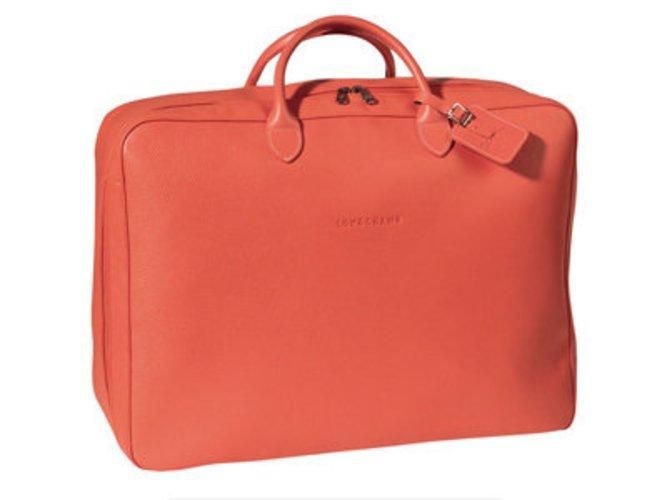 Knalliges Corallrot zeigt das Label Longchamp bei seiner Sommerkollektion für Taschen. So ist man Fit für die nächste Reise.