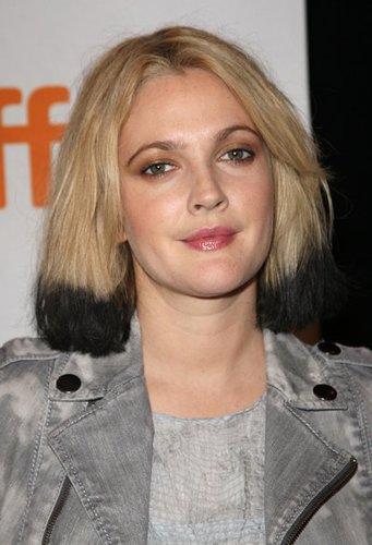 Drew Barrymore trägt Make-up im Stil der 80er