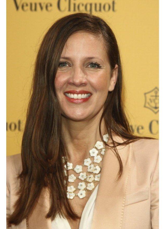 Dana Schweiger in einem rosefarbenem Blazer und Blüten-Kette