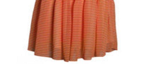 Der orangefarbene Rock mit Streifenmuster ist durch die A-Linie ein wahrer Figutschmeichler.