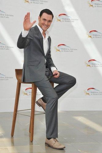 The Mentalist-Darsteller Owain Yeoman winkt.
