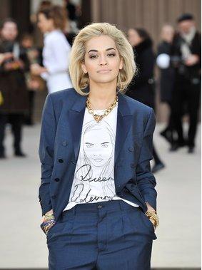 Rita Ora mit T-Shirt