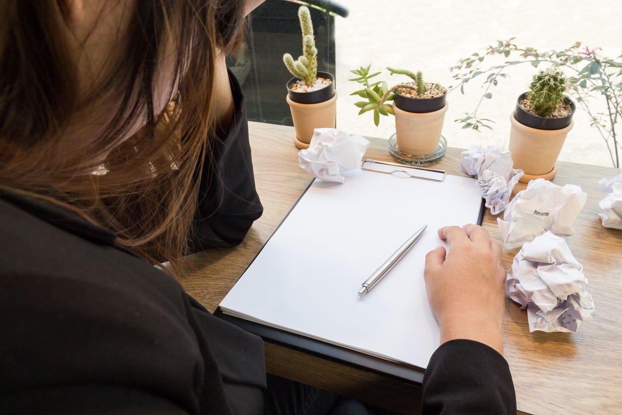 Frau schreibt Brief