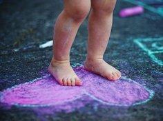 Kinderfüße brauchen festes Schuhwerk.