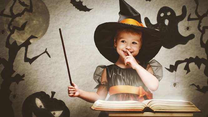 Kleines Mädchen im Hexenkostüm