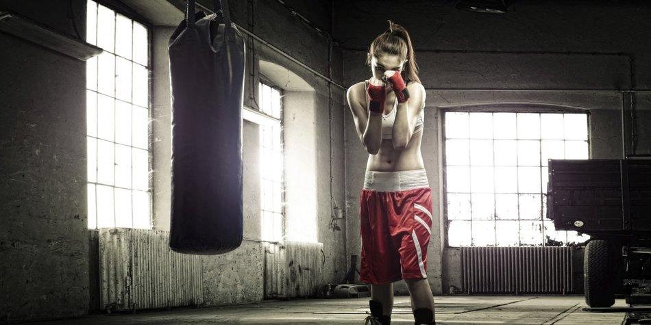 Eine Boxerin in der Trainingshalle
