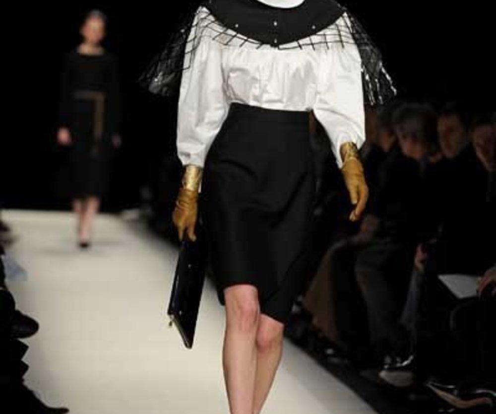 YSL: Weiße Bluse mit schwarzem Rock