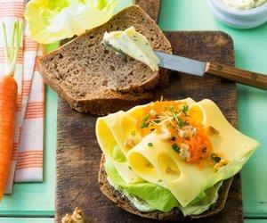 Nussig im Geschmack: MILRAM FrühlingsKräuterButter Möhren-Brot mit MILRAM Burlander