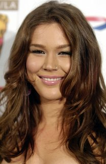 Joss Stone mit braunen Beach Waves