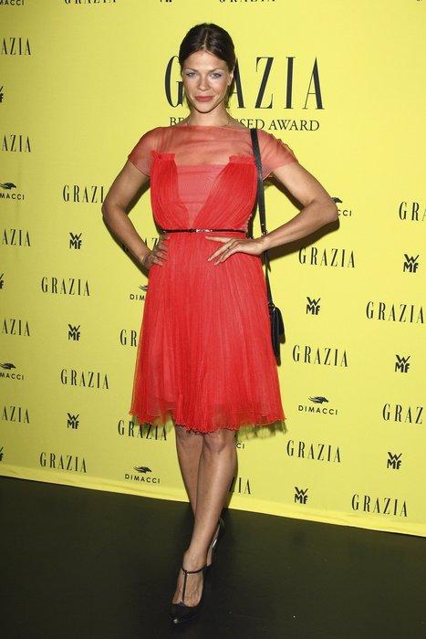Jessica Schwarz in einem roten Minikleid