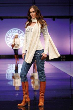 Herbst Look: Lederstiefel zu engen Jeans.