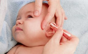 Ohrpflege bei einem Baby.