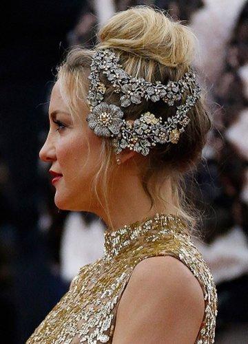 Kate Hudson: Hoher Dutt mit Blumenschmuck
