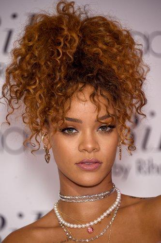 Rihanna: Hoher Pferdeschwanz mit Locken
