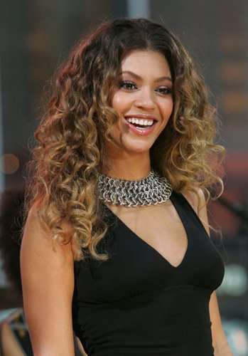 Beyonce Knowles mit Locken