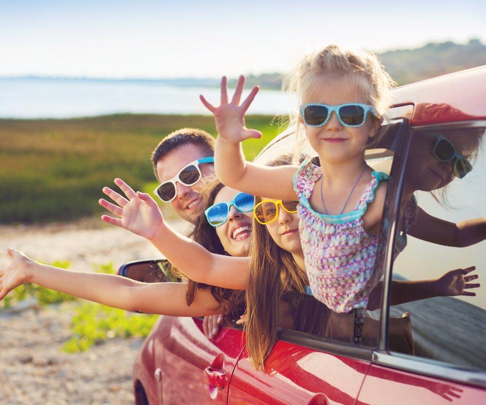 Familie fährt in den Urlaub