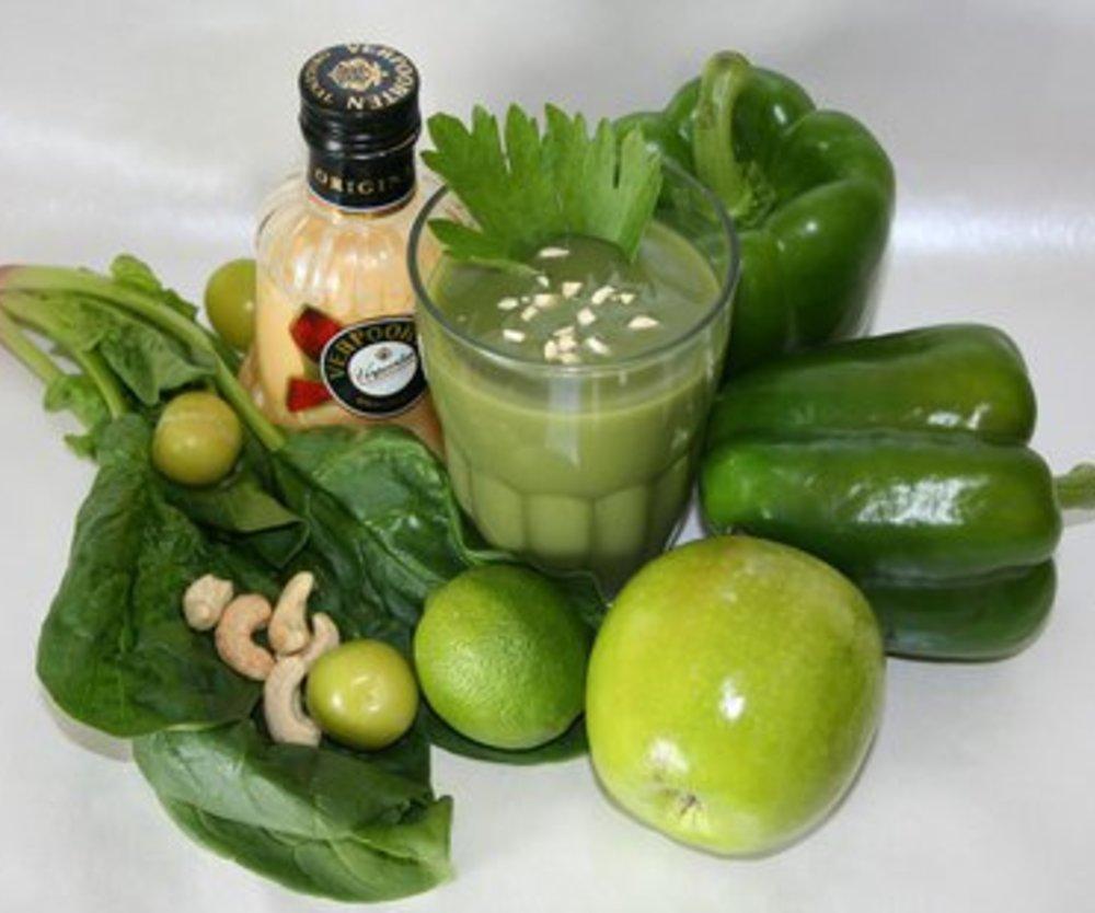 Grüner Vitamin-Smoothie mit Matcha und Cashewkernen