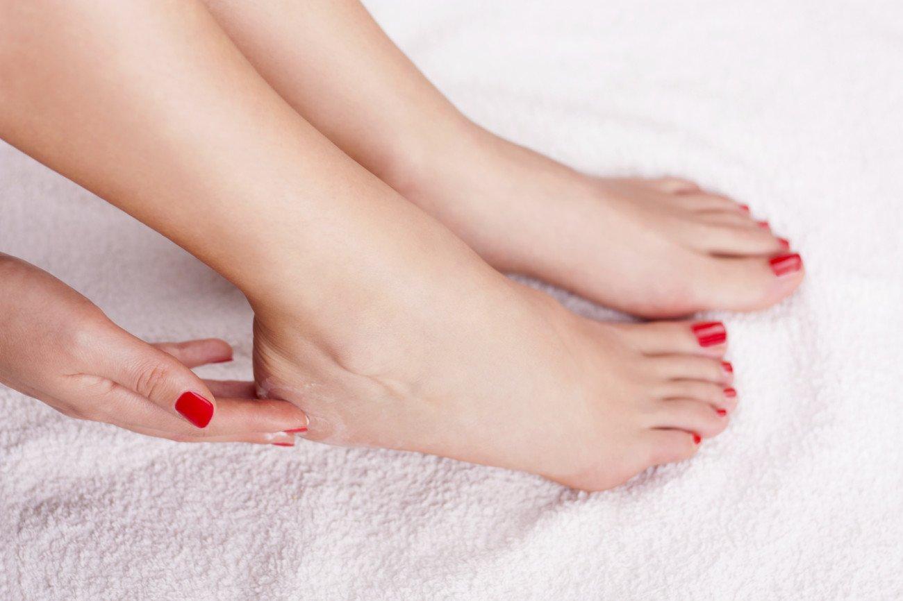 Hornhaut an den Füßen entfernen und eincremen