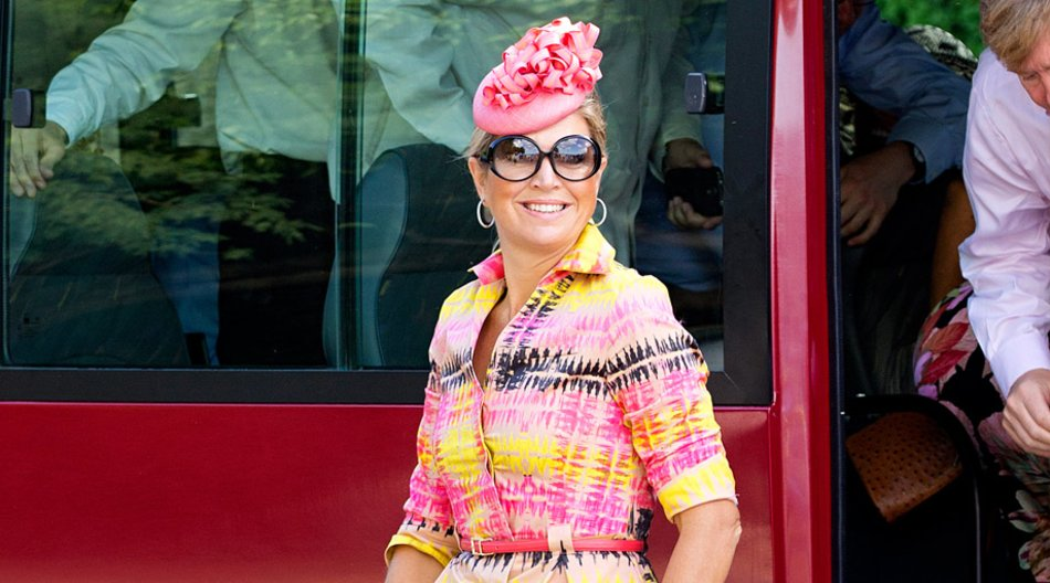 Ein Kleid in Neon-Pink und Kanarien-Gelb, dazu die passenden Accessoires und Máximas unverwechselbares Lächeln: So präsentierte sich die niederländische Königin bei einem Staatsbesuch auf der Karibik-Insel Curaçao.