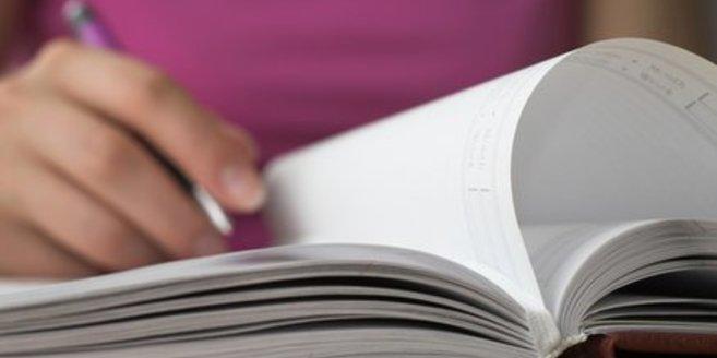 Frau nimmt Kalender, um ihre Schwangerschaftswoche zu berechnen