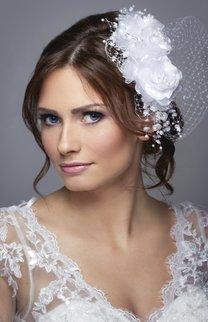 Romantische Brautfrisur mit Fascinator