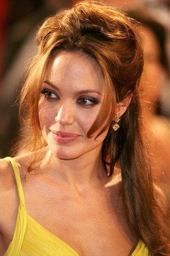 Angelina Jolie: Lockere und elegante Hochsteckfrisur