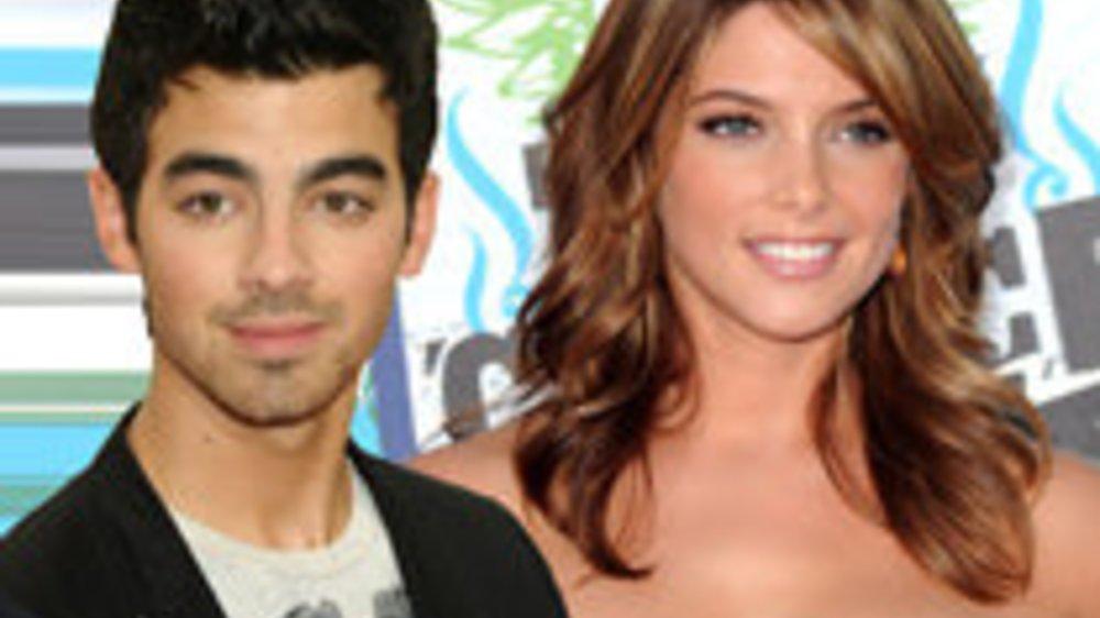 Ashley Greene und Joe Jonas knutschen
