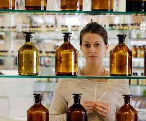 Parfumeurin bei der Arbeit