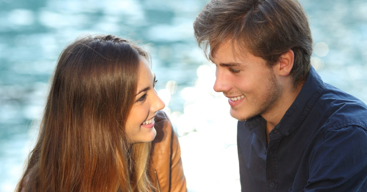 Blickkontakt mit lächeln intensiver Intensiver Blickkontakt: