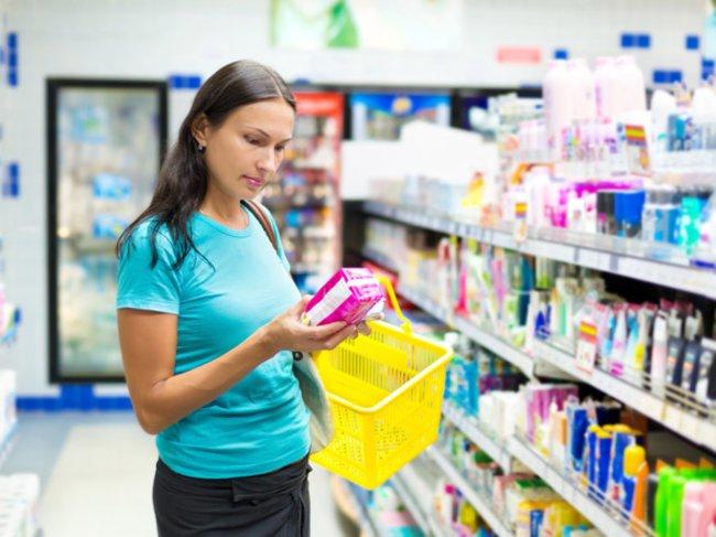 Frau mit Verpackung in der Hand