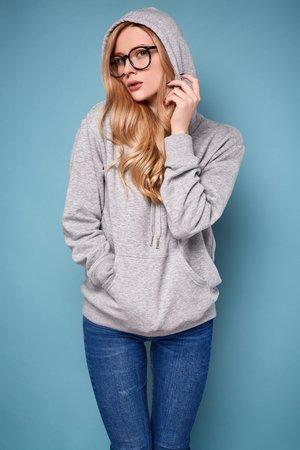 Frau in grauem Pullover