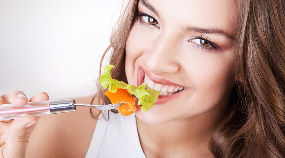 Frau isst